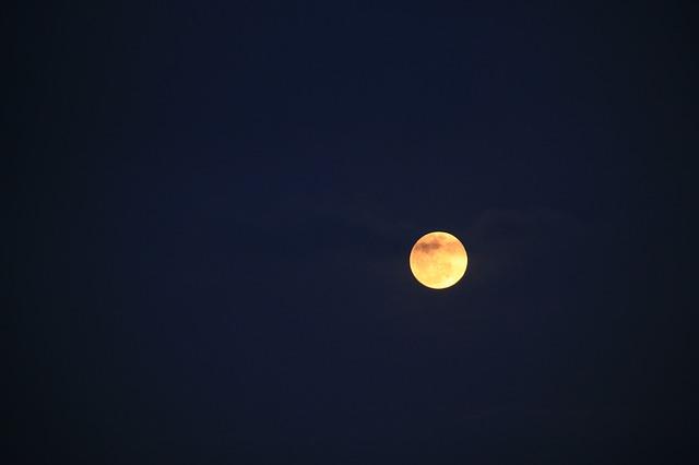 moon-824378_640